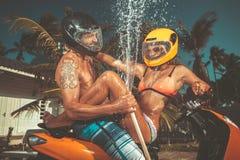 Ð获得¡的ouple与飞溅夏天雨的水管的乐趣 免版税库存照片