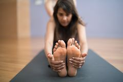 Ð  dziewczyny joga śliczny Indiański lekarz praktykujący w głębokiej rozciągliwości, reachin Zdjęcie Royalty Free