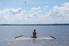 Ð- som mediterar flickan på vattnet royaltyfri fotografi