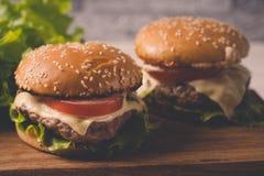 Ð  amburger of sandwich op pakpapier Heerlijke sandwichhamburger met vlees, kaas en verse groente stock afbeeldingen