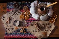 Ð ¡与cezva的offee桌在沙子和被仿造的桌布 免版税库存照片