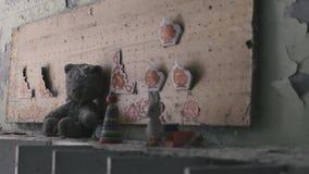 Ð ¡在切尔诺贝利,Pripyat,乌克兰中hildren在架子的玩具在被放弃的公寓 股票录像