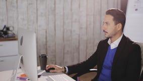 Ð ¡在办公室oncentrated人与计算机一起使用 股票视频