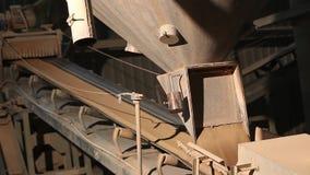 Ð ¡在工厂,陶瓷工厂设备,黏土,工业内部的运输的onveyor传送带在传动机的 影视素材