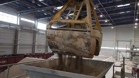 Ð ¡在工厂,陶瓷工厂设备,黏土,工业内部,运输的运输的onveyor传送带在传动机的 股票视频