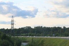 Ð ¡在现代高速公路的ars移动在主输电线附近 免版税库存照片