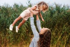 Ð ¡ мать и ребенок urly обнимают и имеют потеху внешнюю в природе стоковые фотографии rf