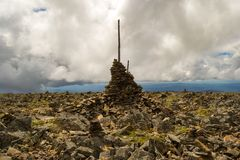 Ð ¡ airn由组成彼此在一座山顶部在阿尔泰对  库存照片