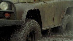 Ð ¡ AR gaat door de modder stock footage