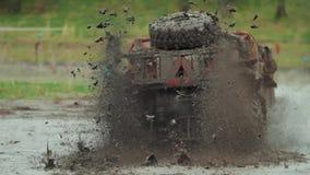 Ð ¡ AR gaat door de modder stock video