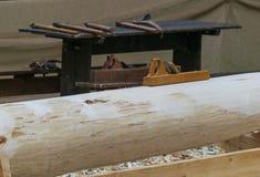 Ð ¡ arpentry δεξιότητες, αεροπλάνο σε ένα κούτσουρο Στοκ Φωτογραφία