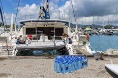 Ð-¡ atamaran geladen mit Nahrung und Wasser vor Segeln zu den Inseln lizenzfreie stockfotografie