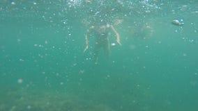 Ð ¡ aucasian家庭在深蓝色的海沐浴 在水上下 股票录像