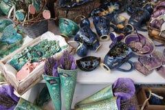 Ð-¡ eramic Produkte am Frühlings-Straßenmarkt- stockfotos