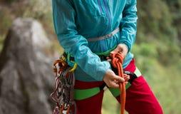 Ð-¡ geschmeidig, einen Knoten mit acht Seilen machend Stockfotos