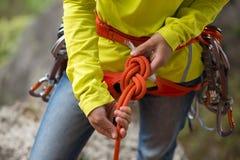 Ð-¡ geschmeidig, einen Knoten mit acht Seilen machend Lizenzfreie Stockbilder