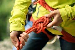 Ð-¡ geschmeidiger tragender Sicherheitsgurt, der einen Knoten mit acht Seilen macht Stockfoto