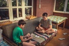 Ð ¡ hildren podczas wolnego czasu bawić się uprawiać hazard podczas wakacji letnich w wsi symbolizuje beztroskiego dzieciństwo Zdjęcia Royalty Free