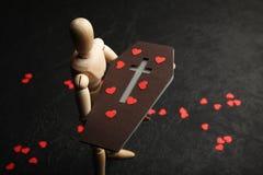 Ð ¡ offin w rękach drewniany mężczyzna Smucenie i strata kocham jeden ?mier? obrazy royalty free