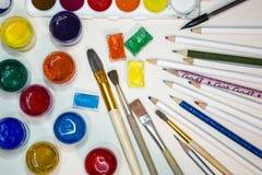 Ð-¡ olored und Farben, Bleistifte, Bürsten für das Zeichnen Stockfoto