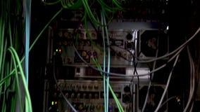 Ð-¡ omputers, datorhall många kablar, nedersta sikt, rörande kamera Serverkablar arkivfilmer
