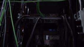 Ð-¡ omputers, datorhall Nedersta sikt, rörande kamera Nav för Ethernetnätverksanslutning Blinkaljus i ett mörkt serverrum arkivfilmer