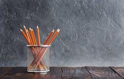 Ð-¡ oncept der Bildung Bleistifte im Stand auf Wandhintergrund Lizenzfreie Stockfotos