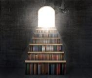 Ð-¡ oncept der Bildung Stapel Bücher in Form eines Treppenhauses Lizenzfreie Stockfotos