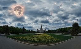 Ð-¡ onceptual Panoramablick von den Nachtfrühlingsblumen, die im Campus der berühmten russischen Universität in Moskau unter dras stockfotografie