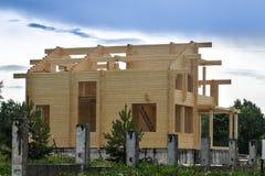 Ð-¡ onstructionen av hus från pläterade limmade strålar strålar Arkivbilder