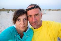 Ð ¡ ouple των ταξιδιωτών που παίρνουν selfie στην άγρια παραλία Στοκ Εικόνες