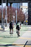 Ð ¡ ouple van mannen en vrouwen die samen op wegfietsen door de straten reizen om gezondheid te bevorderen stock foto's