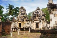Ð-¡ ourtyard und Bibliotheken des alten Khmertempels errichtet vom roten Sandstein und vom Laterite und dem hindischen Gott Shiva stockfoto