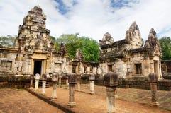 Ð-¡ ourtyard und Bibliotheken des alten Khmertempels errichtet vom roten Sandstein und vom Laterite und dem hindischen Gott Shiva lizenzfreies stockbild