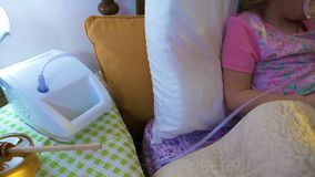 Ð ¡ pikapu mała dziewczynka robi inhalaci w łóżku, zamyka up zbiory wideo