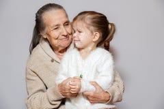 Ð ¡ pikapu szarość tęsk z włosami babcia w trykotowej pulowerów uściśnięć wnuczce z kurczaka pox, biel kropki, bąble na twarzy Po obrazy royalty free