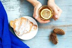 Ð ¡ up gorąca herbata i croissant ręka Odgórny widok Pojęcie foo Zdjęcie Royalty Free