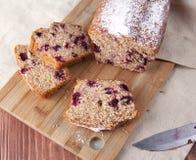 Ð-¡ ut Kuchen auf einem hölzernen Brett Stockfotos