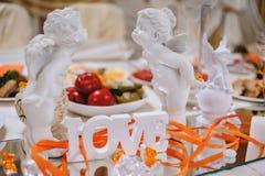 Ð ¡ ut słowa miłość z białymi świeczkami na świątecznym stole dla nowożeńcy i aniołami obraz stock
