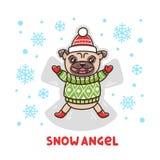 Ð-¡ Ute-Hunderasse Pug in einer angemessenen Inselstrickjacke und -hut, legend auf den Schnee, der einen Schneeengel macht lizenzfreie abbildung
