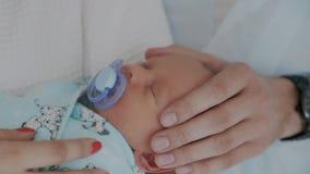 Ð-¡ verlieren oben von schlafendem neugeborenem Kind Väter übergeben leicht und Babys, sorgfältig, berührend gehen Sie voran stock video footage