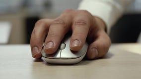Ð ¡ verliezen-omhoog van een het gebruiks witte draadloze muis van de mensenhand stock video