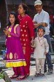Дама непальца с ее детьми в традиционной ткани, Катманду, Непале стоковое изображение