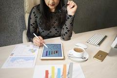 Дама дела анализируя финансовую статистику стоковое фото