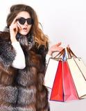 Дама держит хозяйственные сумки Рабат и сбывание Покупка со скидкой в черную пятницу Покупки или подарок на день рождения Носка д стоковое изображение