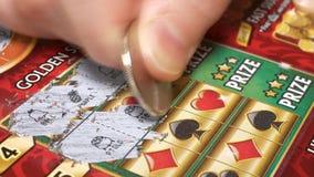 Движение женщины царапая билет лотереи с разрешением 4k акции видеоматериалы