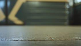 Движение метро в тоннеле метро Люди спеша для работы на станции метро акции видеоматериалы