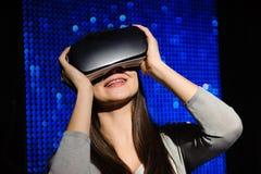 Двойная экспозиция счастливой женщины используя стекла VR-шлемофона стоковая фотография