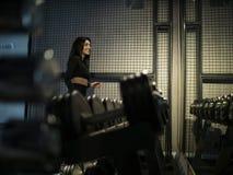 Девушка брюнета фитнеса в черном sportswear готовя полку с гантелями в спортзале дальше против зеркала стоковые изображения