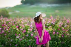 Девушка в розовом платье и винтажной крышке стоковое изображение